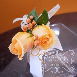 Fresh peach roses and red privet berries wristlet (Top View)