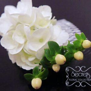 Fresh white hydrangea and ivory hypericum berries bridal hair comb
